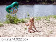 Купить «Ребенок девочка на берегу играет с песком и воздушным шариком летом», фото № 4922567, снято 31 июля 2013 г. (c) Мария Сударикова / Фотобанк Лори