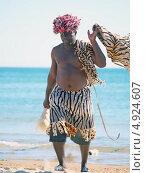 Купить «Чернокожий артист, подрабатывающий на пляжах Анапы, фотографируясь с отдыхающими», фото № 4924607, снято 2 сентября 2012 г. (c) Анна Мишина / Фотобанк Лори
