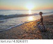 Купить «Африканка на берегу моря на закате, статуэтка», фото № 4924611, снято 6 сентября 2012 г. (c) Анна Мишина / Фотобанк Лори