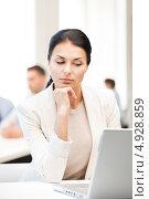 Купить «Деловая женщина в офисе задумчиво смотрит на монитор», фото № 4928859, снято 18 июня 2011 г. (c) Syda Productions / Фотобанк Лори