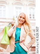 Купить «Счастливая юная девушка с покупками в ярких пакетах», фото № 4928907, снято 29 июня 2013 г. (c) Syda Productions / Фотобанк Лори