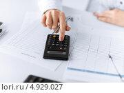 Купить «Девушка работает с бумагами и калькулятором», фото № 4929027, снято 24 апреля 2013 г. (c) Syda Productions / Фотобанк Лори