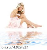 Купить «Соблазнительная девушка сидит у воды», фото № 4929827, снято 26 июля 2008 г. (c) Syda Productions / Фотобанк Лори