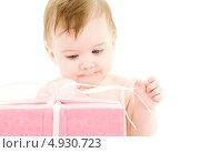Купить «Чудесный малыш с подарком в розовой коробке», фото № 4930723, снято 13 марта 2008 г. (c) Syda Productions / Фотобанк Лори