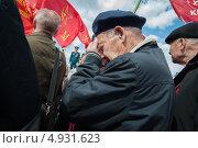 Пожилой коммунист вытирает слезы (2013 год). Редакционное фото, фотограф Даниил Максюков / Фотобанк Лори