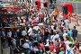 Посетители гонок участвуют в автографсессии у питлейна в гоночной серии кузовных автомобилей Deutsche Tourenwagen Mastersна на трассе Moscow Raceway в Подмосковье 3 августа 2013, фото № 4933199, снято 3 августа 2013 г. (c) Николай Винокуров / Фотобанк Лори