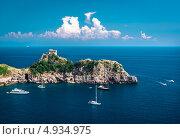 Морской пейзаж, скала и яхты, вид с высоты, Амальфи, Италия (2013 год). Стоковое фото, фотограф Alexander Tihonovs / Фотобанк Лори