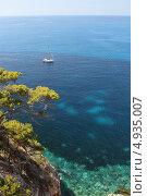 Купить «Майорка. Арта. Яхта в море», фото № 4935007, снято 30 июня 2013 г. (c) Елена Троян / Фотобанк Лори