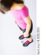 Купить «Стройная спортивная девушка стоит на весах», фото № 4939551, снято 15 мая 2013 г. (c) Syda Productions / Фотобанк Лори