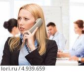 Купить «Серьезная деловая женщина отвечает в офисе на телефонный звонок», фото № 4939659, снято 13 июня 2013 г. (c) Syda Productions / Фотобанк Лори