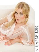Купить «Блондинка в розовом пеньюаре лежит на кровати», фото № 4941363, снято 19 апреля 2019 г. (c) Игорь Бородин / Фотобанк Лори
