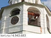 Старинные часы куранты с необычным циферблатом и колокол на подвесе на колокольне. Суздаль, Кремль (2013 год). Редакционное фото, фотограф Ольга Липунова / Фотобанк Лори