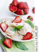 Купить «Вареники с клубникой», фото № 4945307, снято 12 июля 2013 г. (c) Юлия Маливанчук / Фотобанк Лори