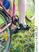 Купить «Женская нога на педали велосипеда», фото № 4945551, снято 8 августа 2013 г. (c) Кекяляйнен Андрей / Фотобанк Лори
