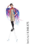 Купить «Актер травести в блестящем платье с разноцветными лентами стоит на лестнице-стремянке», фото № 4948875, снято 11 августа 2013 г. (c) Discovod / Фотобанк Лори