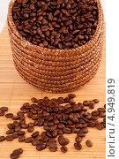 Купить «Черный кофе в плетеной корзинке и рассыпанные зерна кофе рядом с ней на деревянной поверхности», фото № 4949819, снято 26 января 2012 г. (c) Wavebreak Media / Фотобанк Лори