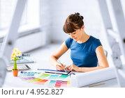 Купить «Молодой дизайнер работает с цветовой палитрой в кабинете», фото № 4952827, снято 29 мая 2013 г. (c) Syda Productions / Фотобанк Лори