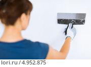 Купить «Девушка подготавливает стену к покраске», фото № 4952875, снято 29 мая 2013 г. (c) Syda Productions / Фотобанк Лори