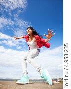Купить «Счастливая юная девушка танцует на фоне яркого неба», фото № 4953235, снято 20 июля 2013 г. (c) Syda Productions / Фотобанк Лори