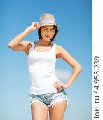 Купить «Счастливая девушка в шортах и шляпе на пляже», фото № 4953239, снято 11 июля 2013 г. (c) Syda Productions / Фотобанк Лори