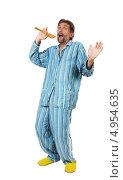 Купить «Мужчина в пижаме поет в деревянную ложку», фото № 4954635, снято 8 августа 2013 г. (c) Serhii Odarchenko / Фотобанк Лори