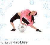 Купить «Спортивная девушка с повязкой на лбу с диско шаром на белом фоне со снежинками», фото № 4954699, снято 5 апреля 2008 г. (c) Syda Productions / Фотобанк Лори