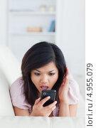 Купить «Девушка в шоке смотрит на экран мобильного телефона», фото № 4955079, снято 29 марта 2012 г. (c) Wavebreak Media / Фотобанк Лори