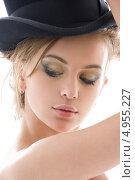 Купить «Красивая девушка в черной шляпе на белом фоне», фото № 4955227, снято 1 ноября 2008 г. (c) Syda Productions / Фотобанк Лори