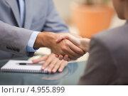 Купить «Рукопожатие деловых людей над столом», фото № 4955899, снято 3 ноября 2011 г. (c) Wavebreak Media / Фотобанк Лори