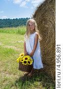 Купить «Пятилетняя девочка с растрепанными волосами  у ролла сена», фото № 4956891, снято 14 августа 2013 г. (c) Ирина Кожемякина / Фотобанк Лори
