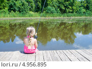 Купить «Девочка в розовом платье сидит на мостках и ловит рыбу в пруду», фото № 4956895, снято 14 августа 2013 г. (c) Ирина Кожемякина / Фотобанк Лори