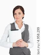 Купить «Молодая женщина прижимает планшетный компьютер», фото № 4958299, снято 11 апреля 2012 г. (c) Wavebreak Media / Фотобанк Лори