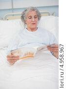 Купить «Пожилая женщина в больничной койке читает журнал», фото № 4958967, снято 25 апреля 2012 г. (c) Wavebreak Media / Фотобанк Лори