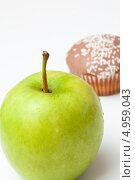 Купить «Зеленое яблоко и кекс с посыпкой», фото № 4959043, снято 8 февраля 2012 г. (c) Wavebreak Media / Фотобанк Лори