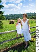 Купить «Мама с  дочкой в белых платьях смотрят на мыльные пузыри», фото № 4959947, снято 14 августа 2013 г. (c) Ирина Кожемякина / Фотобанк Лори