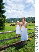 Купить «Мама с  дочкой в белых платьях. Женщина пускает  мыльные пузыри», фото № 4959959, снято 14 августа 2013 г. (c) Ирина Кожемякина / Фотобанк Лори