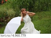 Купить «Девушка с белым зонтиком на фоне травы», фото № 4960779, снято 5 августа 2013 г. (c) Копылова Ольга Васильевна / Фотобанк Лори