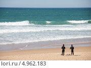 Серфингисты стоят на берегу (2012 год). Редакционное фото, фотограф Elena Ritschard / Фотобанк Лори