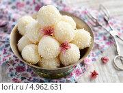 Купить «Домашние кокосовые конфеты в металлической миске», фото № 4962631, снято 21 апреля 2013 г. (c) Елизавета Соколовская / Фотобанк Лори