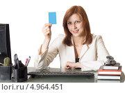 Женщина менеджер держит в руке синюю карточку, сидя за столом в офисе. Стоковое фото, фотограф oleksandr gurin / Фотобанк Лори