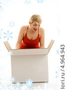 Купить «Счастливая женщина открывает коробку с подарком», фото № 4964943, снято 13 июня 2006 г. (c) Syda Productions / Фотобанк Лори