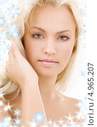 Купить «Красивая молодая блондинка на белом фоне со снежинками», фото № 4965207, снято 19 июля 2008 г. (c) Syda Productions / Фотобанк Лори