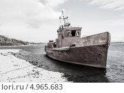 Старое судно у берега реки. Стоковое фото, фотограф Николай Кудаев / Фотобанк Лори