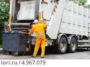 Купить «Вывоз бытового мусора. Погрузка контейнера в мусоровоз», фото № 4967079, снято 23 мая 2013 г. (c) Дмитрий Калиновский / Фотобанк Лори