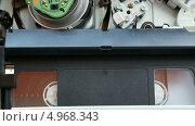 Купить «Работающий механизм видеомагнитофона», видеоролик № 4968343, снято 18 августа 2013 г. (c) Иван Четвериков / Фотобанк Лори