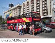 Купить «Экскурсионный  двухэтажный автобус на остановке на Крещатике. Киев», фото № 4968627, снято 12 июня 2013 г. (c) Виктор Карасев / Фотобанк Лори