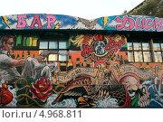 Купить «Городское граффити на стене бара-клуба ХотДогс на Курской», эксклюзивное фото № 4968811, снято 11 августа 2013 г. (c) Татьяна Белова / Фотобанк Лори
