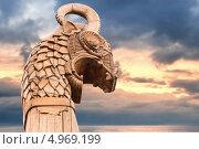 Купить «Носовая фигура драккара викингов. Дракон на фоне моря и неба», фото № 4969199, снято 17 августа 2019 г. (c) EugeneSergeev / Фотобанк Лори