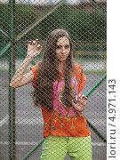 Портрет молодой девушки стоящей за сеткой рабицей. Стоковое фото, фотограф Игорь Долгов / Фотобанк Лори