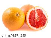 Купить «Жёлто-розовый грейпфрут, изолированно на белом фоне», фото № 4971355, снято 27 июня 2013 г. (c) Литвяк Игорь / Фотобанк Лори